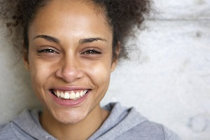 '.$pk.' - Young black woman wearing grey hoodie and smiling